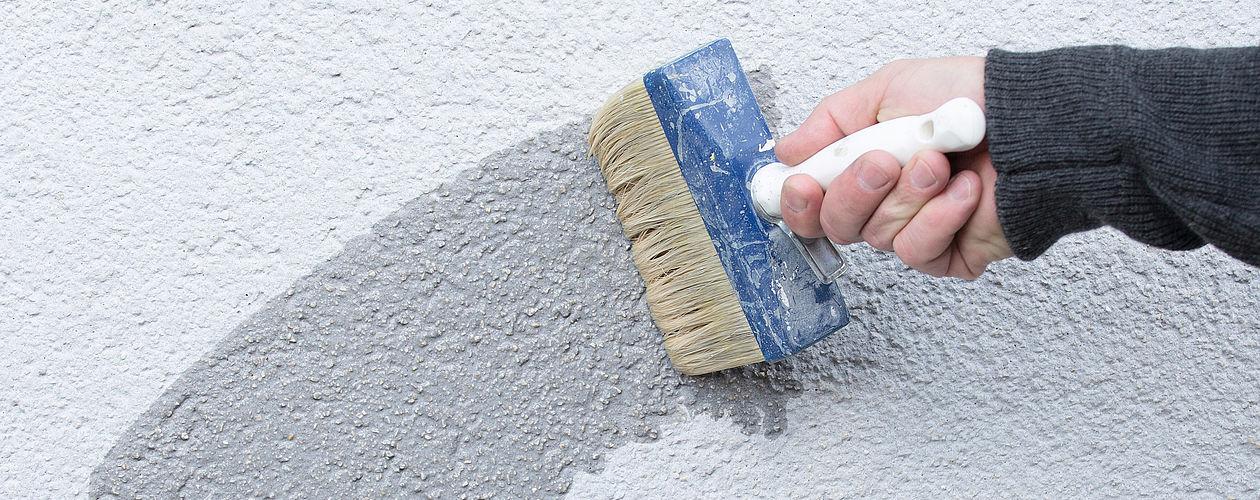 Wände, ob außen oder innen, sollten vor einem neuen Anstrich mit einer Grundierung vesehen werden.