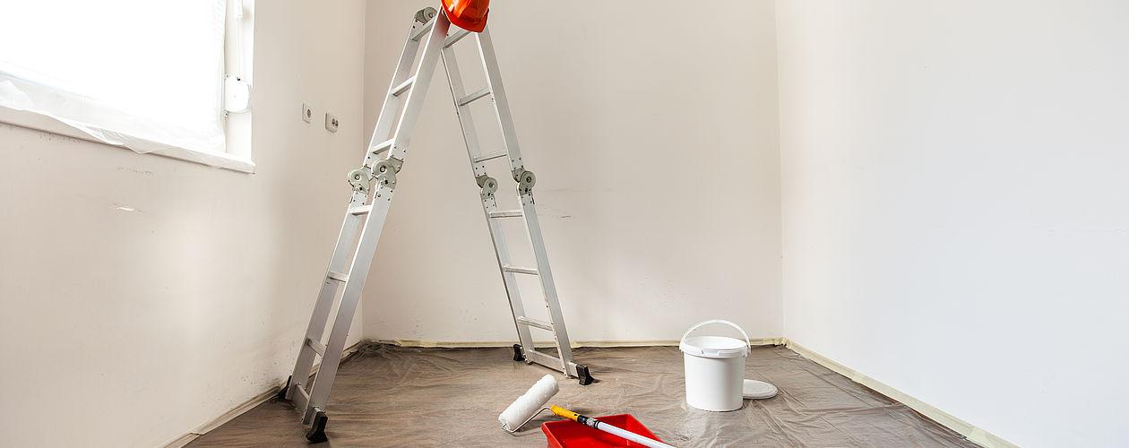Für ein zufriedenstellendes Gesamtergebnis Ihrer Malerarbeiten in der Wohnung gehört auch, Möbel und Böden sorgfältig abzudecken. Dies erleichtert die anschließende Reinigung – oder macht sie im besten Fall überflüssig.