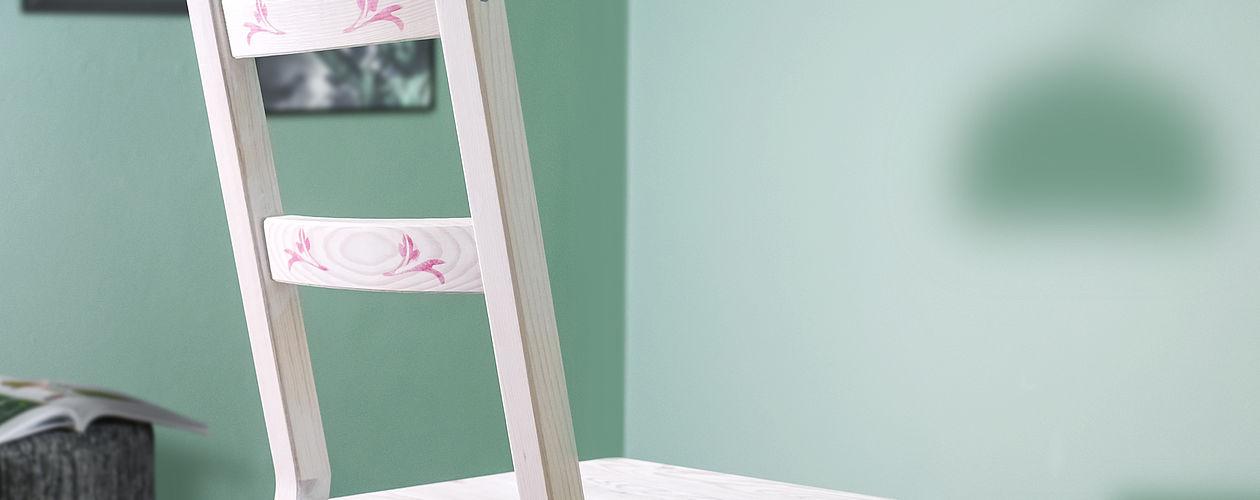 Mit wenigen Handgriffen wird aus einem einfachen Holzstuhl ein tolles Einzelstück.